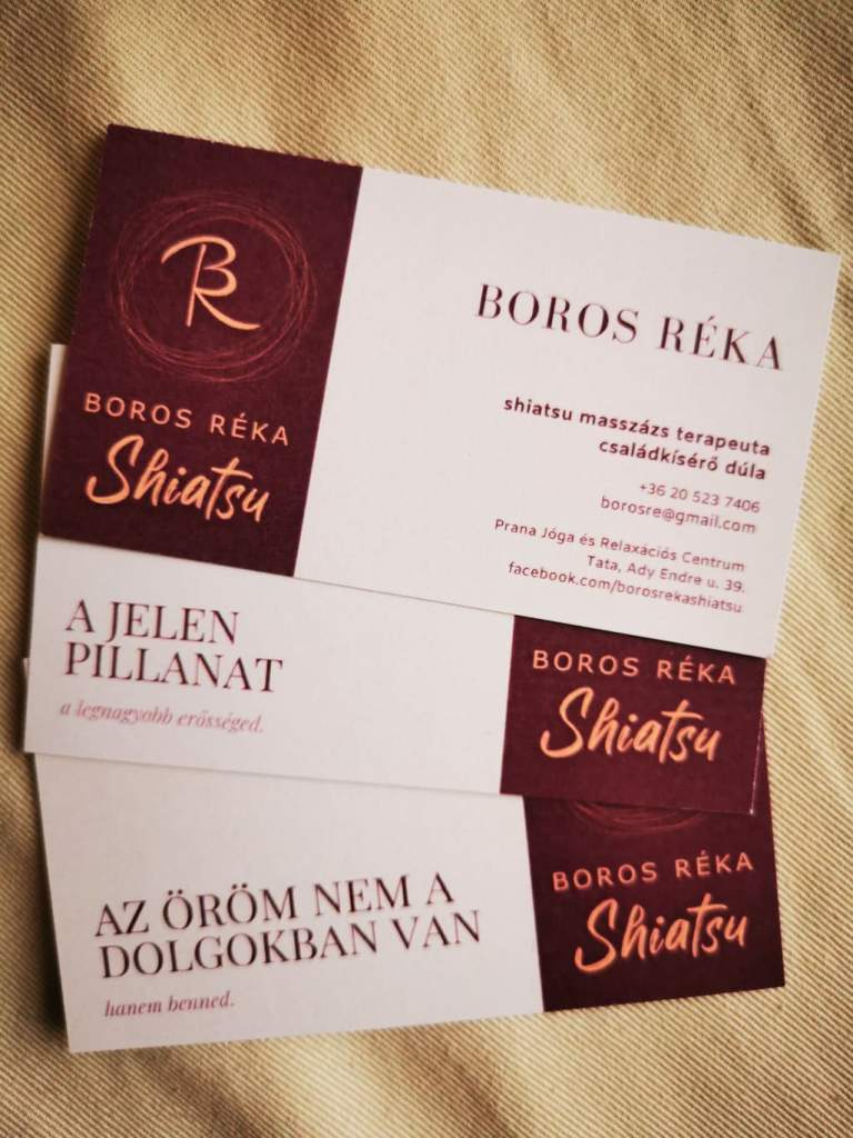 """Boros Réka shiatsu masszázs terapeuta névjegykártyái. A hátoldalukon különleges, útravaló üzenetek szerepelnek. """"Az öröm nem a dolgokban van, hanem benned."""" """"A jelen pillanat a legnagyobb erősséged."""""""